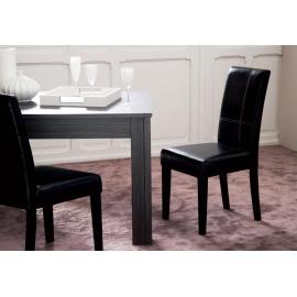 Chaise noire avec surpiqûre blanche